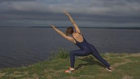 Yogakvinnan i sportswearen, yogi övar utomhus- Royaltyfri Fotografi