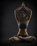 Yogakvinnan mediterar sammanträde i lotusblomma poserar Silhoue Fotografering för Bildbyråer