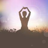 Yogakvinnlig på sunst Arkivbilder