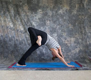 Yogalage Eka Pada Adho Mukha Svanasana Lizenzfreie Stockfotos