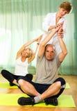 Yogalehrer, der asana zu den reifen Paaren zeigt Lizenzfreies Stockfoto