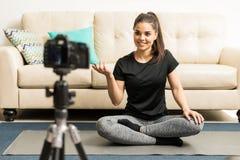 Yogalehrer, der ein Video notiert Stockfoto