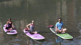Yogalektion auf Surfbrett in San Antonio lizenzfreie stockfotografie