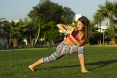 Yogamädchen, das Übung tut Lizenzfreies Stockbild
