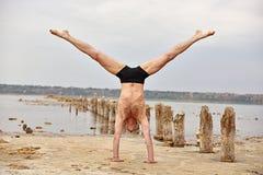 Yogamananseende på händer Arkivfoto