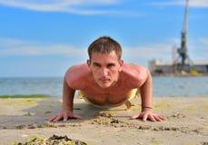 Yogamann in einer Hundehaltung Lizenzfreie Stockfotos