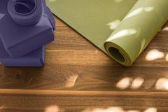 Yogamat op houten vloer stock afbeeldingen
