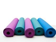 Yogamat op witte achtergrond wordt geïsoleerd die Copyspace Stock Fotografie