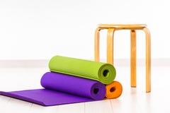 Yogamats och stolar Arkivfoton