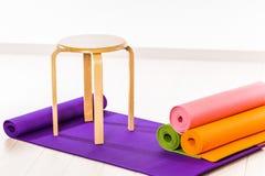 Yogamats och stolar Fotografering för Bildbyråer