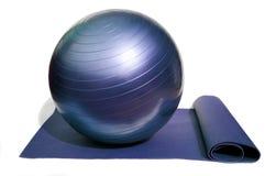 Yogamatte und -kugel Stockfoto