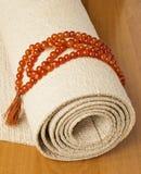 Yogamatte und -rosenbeete Lizenzfreie Stockbilder