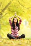 Yogameditatie in de herfst Stock Foto
