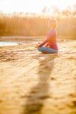 Yogameditatie, vrouw op zonsondergang Royalty-vrije Stock Afbeeldingen