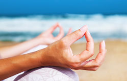 Yogameditation auf dem Strand Lizenzfreie Stockfotografie