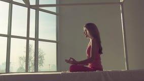 Yogameditation av en ung nätt kvinna lager videofilmer