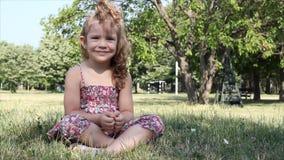 Yogameditation des kleinen Mädchens stock video footage