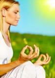 Yogameditation im Freien Stockfotos