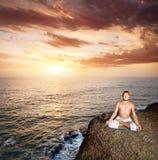 Yogameditation nahe dem Ozean Lizenzfreie Stockfotografie