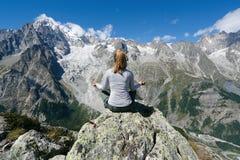 Yogameditation vor Mont Blanc stockfotos