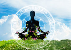 Yogameditationssymbol auf dem Himmelhintergrund Stockfotos