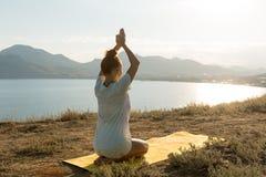Yogameisje met draadloze hoofdtelefoons Royalty-vrije Stock Afbeeldingen