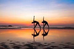 Yogaoefeningen, silhouetten van paar Stock Afbeeldingen
