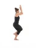 Yogapraktiker, der Schwerpunktyogalage demonstriert Lizenzfreie Stockfotos