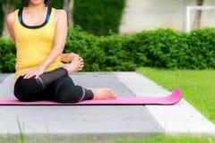 Yogapraxis im Freien lizenzfreies stockfoto