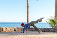 Yogapraxis am Pier lizenzfreies stockbild