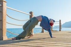 Yogapraxis am Pier stockfotos