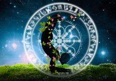 Yogaschattenbild gegen nächtliche Himmel Lizenzfreie Stockfotografie