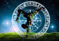 Yogaschattenbild gegen nächtlichen Himmel Lizenzfreies Stockbild