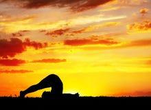 Yogaschattenbild Halasana Pflughaltung Lizenzfreies Stockfoto
