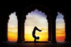 Yogasilhouet in tempel Royalty-vrije Stock Afbeelding