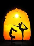 Yogasilhouetten in tempel Stock Afbeelding