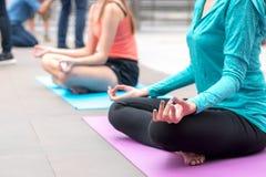 Yogasportbegrepp: koncentration för unga kvinnor i vård- exercis royaltyfria foton