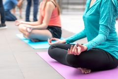 Yogasportkonzept: Konzentration der jungen Frauen in Gesundheit exercis lizenzfreie stockfotos
