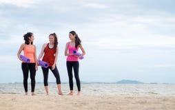 Yogastudent die na afwerkings openluchtstrand opleidingsklasse spreken, H stock fotografie