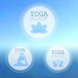 Yogastudiologo på suddig bakgrund för hav Arkivfoton