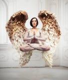 Yogasvävning för ung kvinna och meditationbegrepp Objekt som flyger i rum