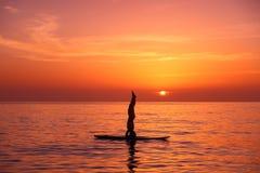 Yogatrainer auf dem Strand Stockfoto