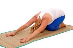 Yogatrainer, der auf Magen knit Stockbild