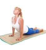 Yogatrainer, der auf Magen liegt Stockfoto