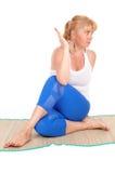 Yogatrainer, der Haltungen macht Lizenzfreie Stockfotos