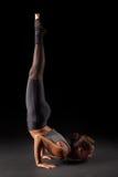 Yogatribune op handen Stock Foto