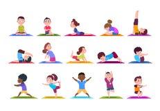 Yogaungar Tecknad filmbarn som gör yoga Sportsliga flickor och pojkar i idrottshall Isolerad uppsättning för vektor tecken stock illustrationer