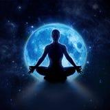 Yogavrouw in maan en ster Meditatiemeisje in maanlicht stock foto's