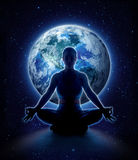 Yogavrouw op de wereld Meditatiemeisje op aarde stock afbeeldingen