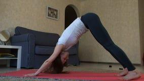 Yogavrouw thuis Fitness, sport, opleiding en levensstijl concept stock video